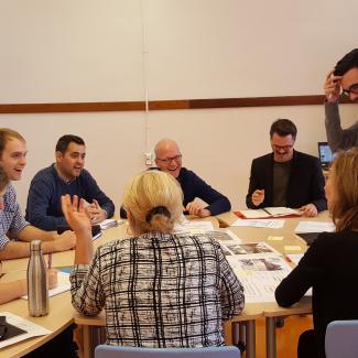 Photo de la première séance de travail collaboratif. Groupe de travail en discussion autour des exemples de bonnes pratiques.