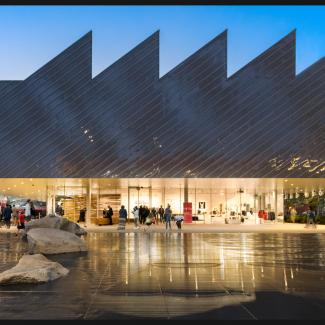 Photographie de la façade est depuis le bassin public.