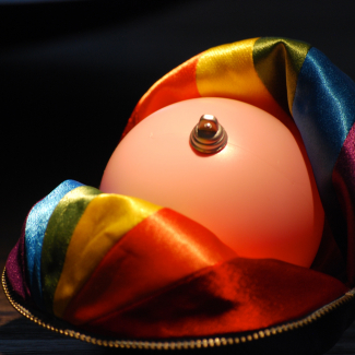 Photo of the Laurent McCutcheon Award for the fight against homophobia and transphobia, which has been redefined in the form of a pink bronze ball, showing the symbolic importance of the installation for the community