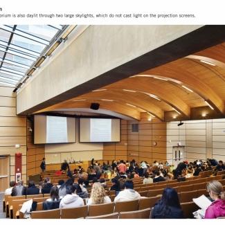 La lumière naturelle pénètre dans l'auditorium de 450 places