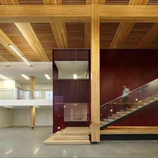 Aire de démonstration et escalier principal