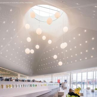 Vue illustrant la courbure sophistiquée de l'atrium central en hauteur